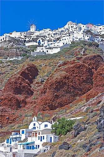 Santorini, Hy Lạp với cảnh quan kiến trúc quyến rũ. Những ngôi nhà nằm bên vách đá nhìn ra biển là kết quả của núi lửa có một phần bị ngập dưới nước biển