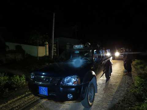 Trinh sát xuất kích trong đêm truy tìm hung thủ vụ thảm án - Ảnh MINH QUANG