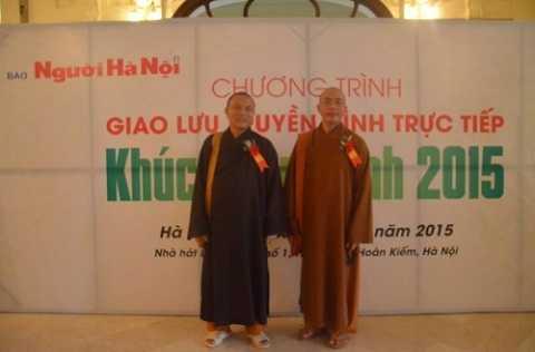 Sư trụ trì chùa Sắc Thiên Vương - Thích Thiện Từ (bên phải)