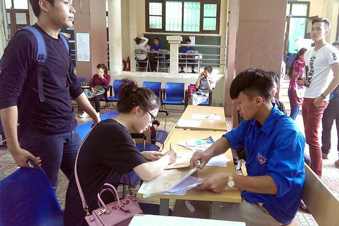 Thí sinh đăng ký vào xét tuyển vào Đại học Nội vụ Hà Nội được sinh viên tình nguyện hỗ trợ nhiệt tình