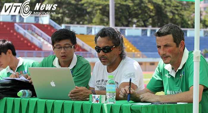 TGĐ JMG toàn cầu - Vincnet Dufour và HLV Franck Durix ghi chép rất cẩn thận về chỉ số, màn trình diễn của từng thí sinh (Ảnh: Hoàng Tùng)