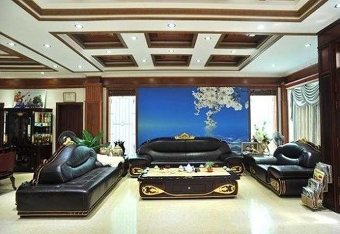 Căn nhà có diện tích khoảng 500m2, các căn phòng đều rộng lớn, với trần thạch cao lắp đèn chiếu sáng tạo cảm giác thanh tao và nhẹ nhàng.