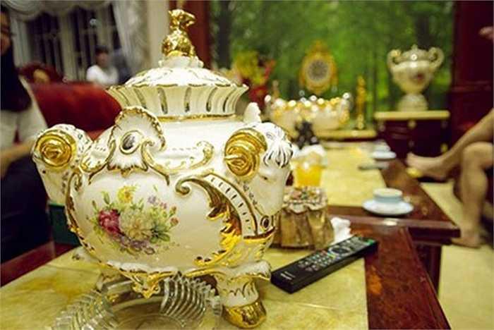 Đồ vật trong nhà Trang Nhung đều mang phong cách hoàng gia châu Âu.