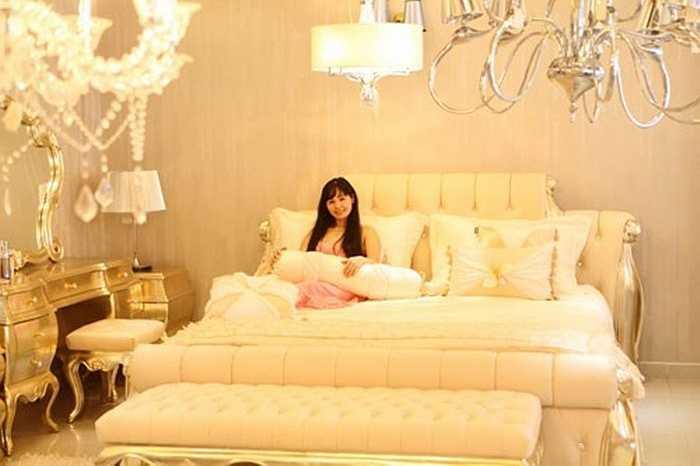 Phòng ngủ với gam màu trắng vàng dịu nhẹ, tạo cảm giác thư giãn. Ánh sáng đèn chùm vừa đủ để giảm căng thẳng cho gia chủ.