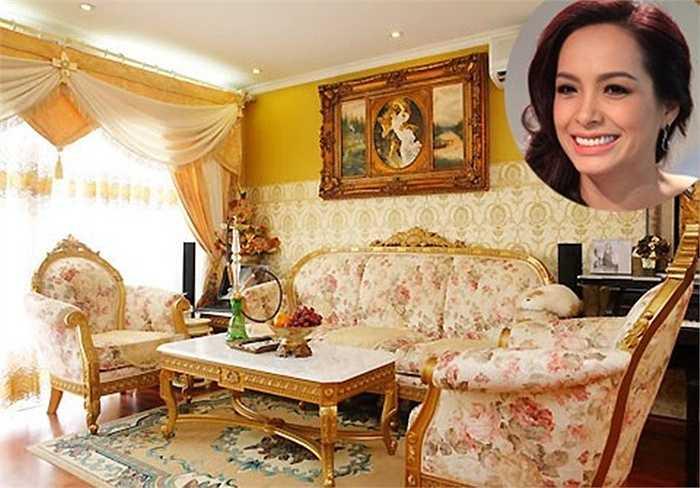 Bộ sofa, đồ trang trí (tranh, khung ảnh, bình hoa) có nhiều chi tiết mang dáng dấp cổ điển, kết hợp với phong cách hiện đại, làm cho căn phòng toát lên vẻ trang trọng, lịch sự.