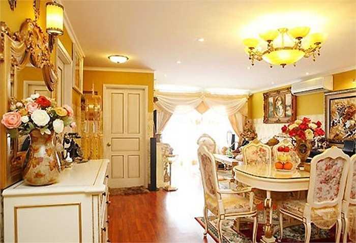 Căn nhà sử dụng tông màu trắng, vàng kem và xám nhạt, các họa tiết nhỏ, tạo cảm giác ấm cúng.