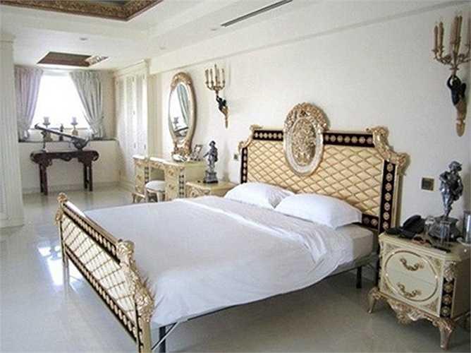 Phòng ngủ của Tăng Thanh Hà với đồ dùng có hoa văn và họa tiết cầu kỳ, sử dụng tông màu vàng ánh kim, vàng đồng quen thuộc kiểu hoàng gia.