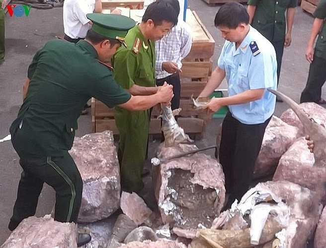 Khi tàu King Prian chuyến 148 UBR vừa đến cảng Tiên Sa để tiến hành bốc dỡ thì bị cơ quan chức năng phát hiện, bắt giữ lô hàng đóng trong 2 container.
