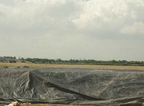 Khu vực phía sau bờ đê đã sẵn sàng tiếp nhận lượng rác lớn đổ về.