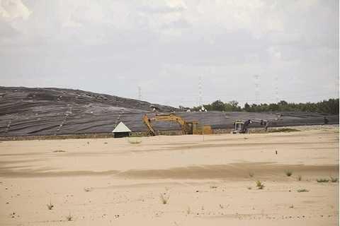 San lấp để mở rộng diện tích chứa rác thải.