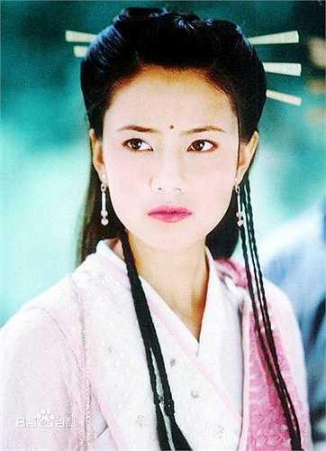 Khi đóng vai Chu Chỉ Nhược, Cao Viên Viên đang hứng nhiều tin đồn, bị chỉ trích từ cư dân mạng vì nghi vấn người thứ ba trong chuyện tình Hạ Vũ - Viên Tuyền.