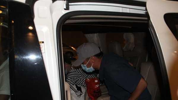 Tạ Đình Phong nhanh chóng lên xe trở về nhà.