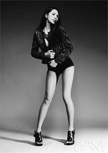 Dù chẳng phải người mẫu, song ca sỹ Thủy Tiên lại sở hữu đôi chân dài, thẳng 'vạn người mê'