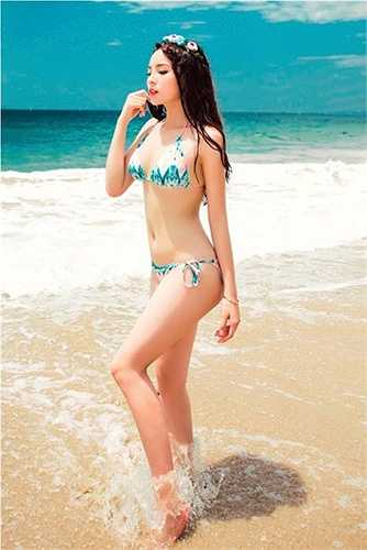 Cô nàng cũng vừa thực hiện loạt ảnh với bikini, khoe làn da trắng muốt cùng vóc dáng cân đối