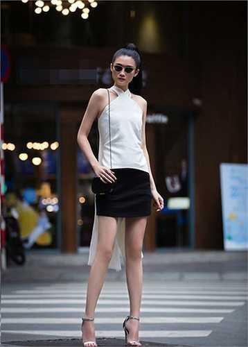 Kha Mỹ Vân mặc váy ngắn khoe đôi chân dài thẳng tắp trên phố Sài Gòn