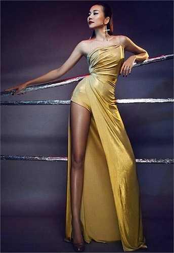 Đôi chân dài 1m12 đã trở thành 'thương hiệu' của người mẫu Thanh Hằng