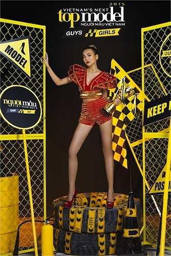 Đôi chân không chỉ thon dài, thẳng tắp mà nó chính là 'báu vật' giúp tên tuổi của Thanh Hằng trở nên nổi tiếng