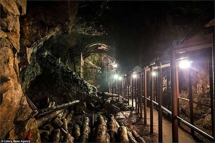 Hệ thống hầm và đường hầm rộng lớn dưới núi Sowie, Lower Silesia, là công trình xây dựng bí mật hàng đầu của phát xít Đức ở Ba Lan. Hình ảnh một căn hầm lớn bên trong khu phức hợp  Rzeczka