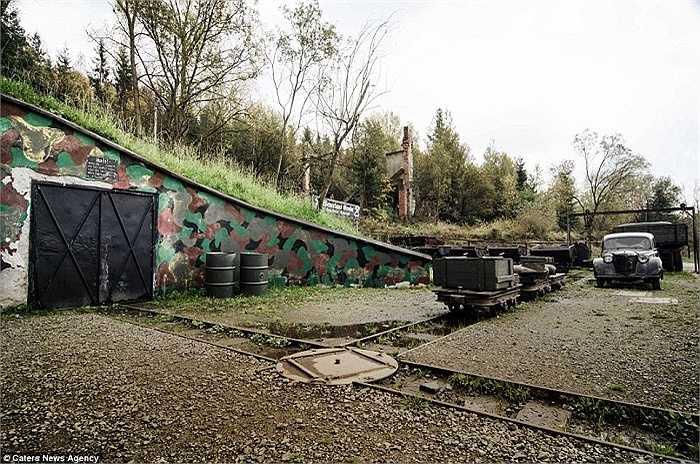 Lối vào các căn hầm được sơn màu xanh để ngụy trang. Qua nhiều năm lớp sơn đã bị bong tróc