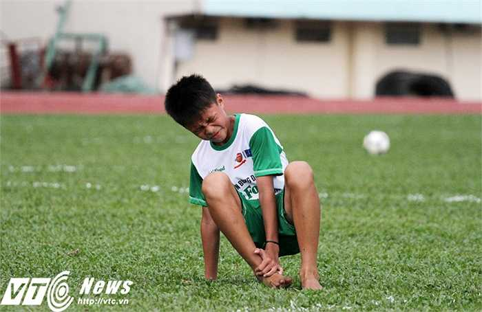 Một trong 10 tân học viên Khóa I Học viện Nutifood HAGL Arsenal JMG - Nguyễn Khánh Duy, nén đau, gượng dậy và tiếp tục thi đấu