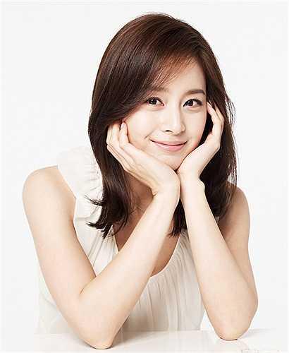 Kim Tae Hee trẻ trung ở độ tuổi 35. Hiện cô và Bi Rain vẫn giữ mối quan hệ tốt đẹp.