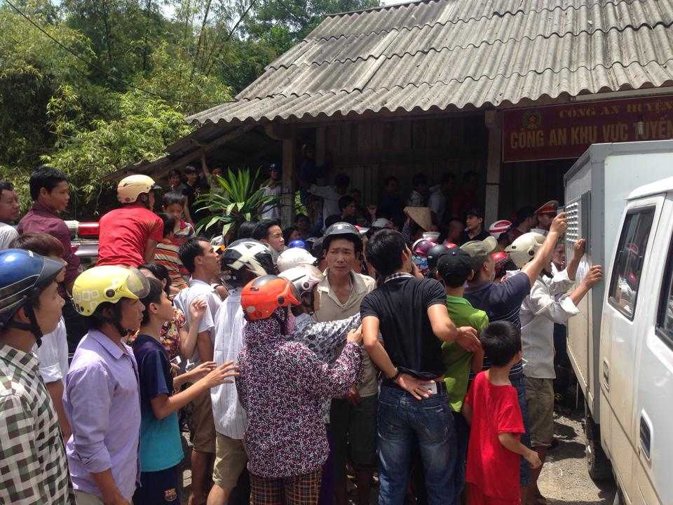 Người dân tụ tập bên ngoài nhà Công an khu vực tuyến Quốc lộ 70 (Công an huyện Lục Yên), được cho là nơi tạm giữ nghi can.