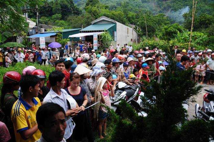 Hàng trăm người dân ùn ùn kéo đến xem nghi can bị bắt nên cảnh sát giao thông phải chốt chặn, giữ trật tự từ xa.