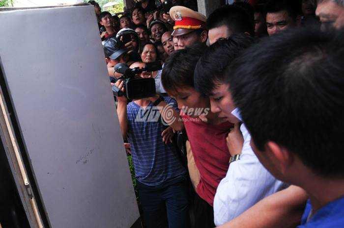 Nghi can Đặng Văn Hùng (áo đỏ) khi bị bắt