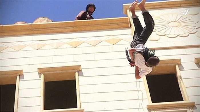 Người đàn ông bị ném từ nóc nhà xuống đất ở Homs, Syria