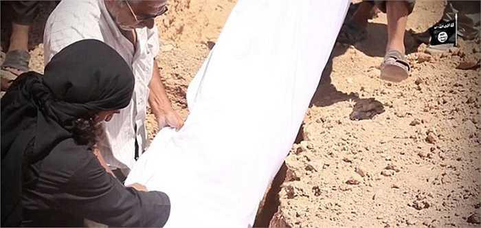 Sau khi 2 nạn nhân tử vong, họ được tắm rửa, cuộn vải liệm trắng trước khi đem chôn