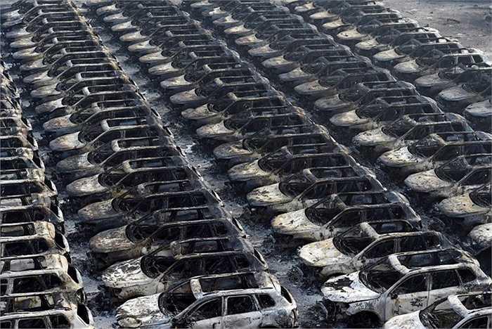Ngoài ra, vụ nổ cũng khiến hơn 1000 chiếc xe Renault mới còn chưa xuất xưởng đang để ở bãi đỗ xe biến thành sắt vụn.