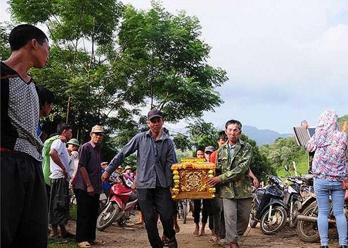 17h chiều 13/8, thi thể 4 nạn nhân vụ thảm sát ở xã Lâm Giang, huyên Văn Yên, Yên Bái được đưa từ hiện trường về thôn 16 để làm thủ tục an táng.