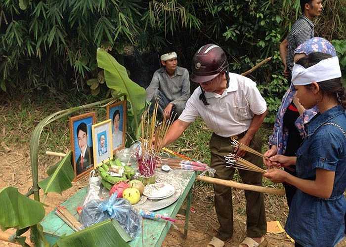 Hương án nghi ngút khói của gia đình nạn nhân Trần Văn Long.