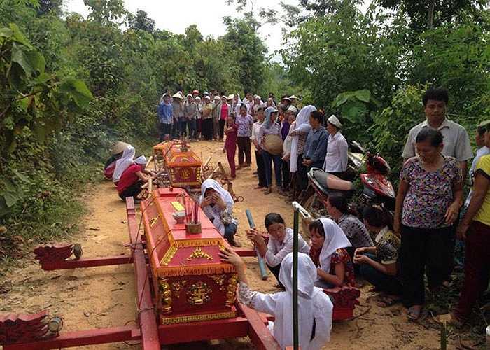 Hàng trăm người dân đến tham gia tang lễ