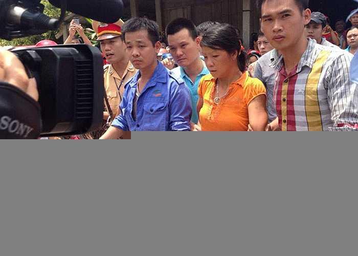 Gần 12h, công an di lý hai nghi phạm Đặng Văn Hùng và Nguyễn Thị Hán về trụ sở công an huyện Lục Yên. Nghi can di chuyển nhanh nhẹn, không có dấu hiệu mệt mỏi.