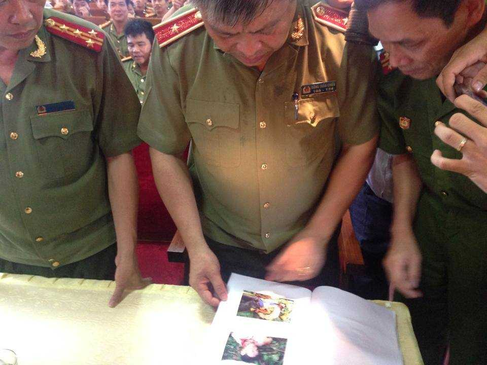 Thiếu tướng Đặng Trần Chiêu - Giám đốc Công an tỉnh kiểm tra báo cáo điều tra bước đầu