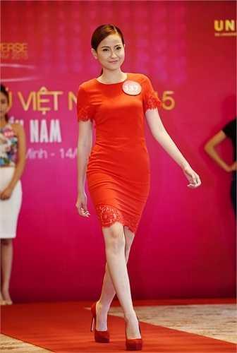 Đỗ Trần Khánh Ngân sinh năm 1994, đến từ Đồng Nai. Là người mẫu thời trang nên cô gái cao 1,7 m có lợi thế catwalk, trình diễn trước ống kính. Khánh Ngân mơ ước có cơ hội đại diện nhan sắc Việt Nam ra trường đấu quốc tế.