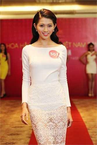 Chế Nguyễn Quỳnh Châu sinh năm 1994, cô từng lọt top 9 Vietnam's Next Top Model 2014. Thí sinh đang theo học ĐH Tài chính Marketing. Lần đầu tiên tham gia một cuộc thi nhan sắc, cô gái 21 tuổi muốn thể hiện vẻ đẹp hình thể, sự năng động.