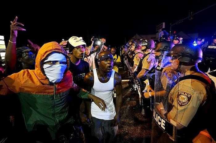 Những người biểu tình la hét trước hàng rào cảnh sát tại Ferguson, bang Missouri, Mỹ, đêm ngày 9/8/2015