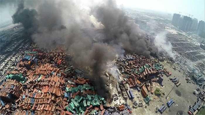 Khung cảnh tan hoang sau vụ nổ kép ở một kho chứa hóa chất tại bến cảng thuộc thành phố Thiên Tân, Trung Quốc. Vụ nổ đã làm 85 người thiệt mạng, bao gồm 21 lính cứu hỏa, hơn 700 người khác bị thương và 13 lính cứu hỏa vẫn mất tích