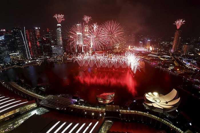 Màn pháo hoa trên vịnh Marina trong lễ kỷ niệm 50 ngày Quốc khánh Singapore. Ngày 9/8, Singapore đã long trọng tổ chức duyệt binh lớn mừng ngày kỷ niệm tròn 50 năm lập quốc