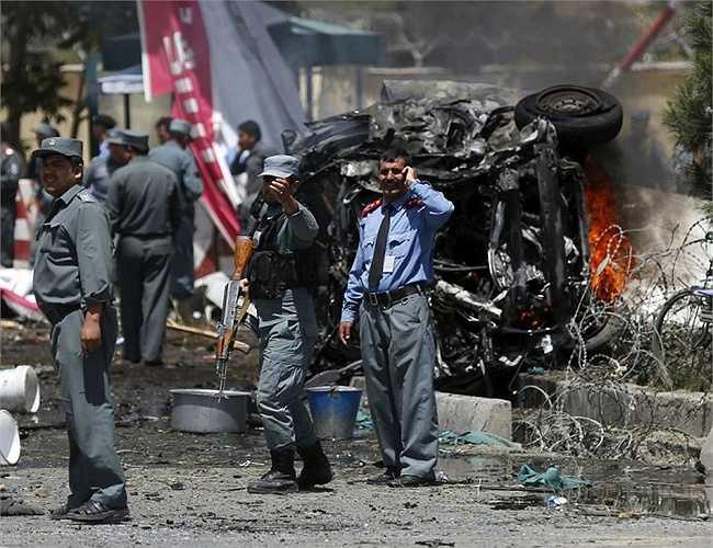 Cảnh sát phong tỏa khu vực sau một vụ đánh bom ô tô ở cổng sân bay Kabul, Afghanistan, ngày 10/8