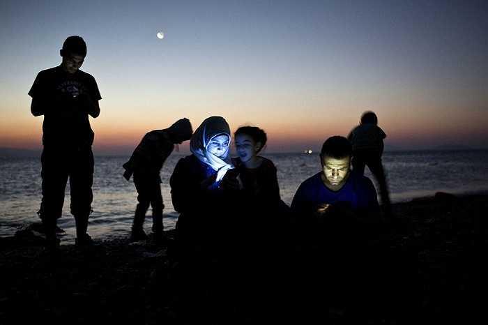Những người di cư ngồi trên bờ biển đảo Kos, Hi Lạp sau khi vượt qua vùng biển Aegean giữa Thổ Nhĩ Kỳ và Hy Lạp, ngày 12/8