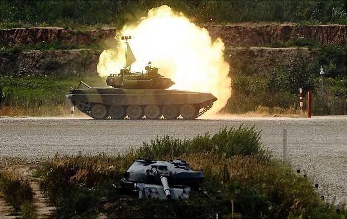 Hình ảnh một chiếc xe tăng của Kyrgyz tranh tài trong Giải vô địch đua xe tăng thế giới Tank Biathlon, được tổ chức tại thao trường Alabino, Matxcơva, Nga ngày 13/8
