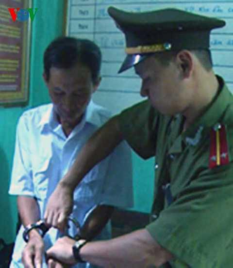 Đối tượng Đinh Tất Thắng (áo trắng) bị bắt giữ (ảnh do Công an Thanh Hóa cung cấp).