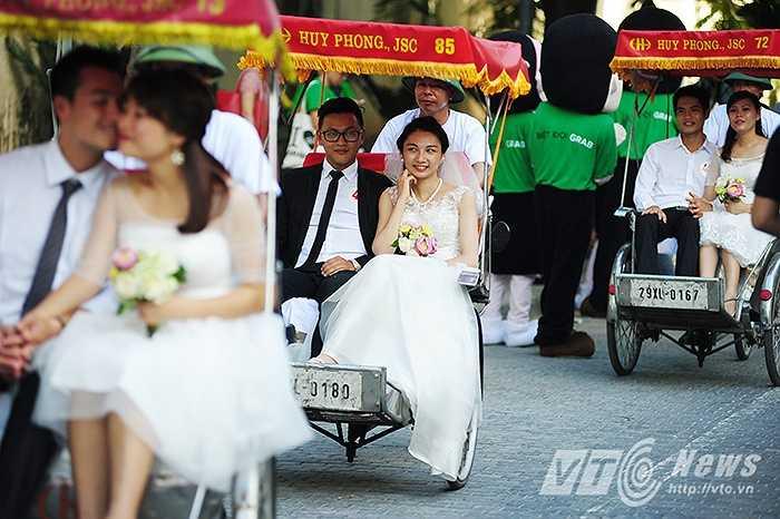 Sáng 16/8, tại  đường 19/12 (Hoàn Kiếm, Hà Nội) đã diễn ra cuộc thi 'Marathon Tình yêu và & Thử thách' với sự tham gia của 50 cặp đôi cô dâu – chú rể.