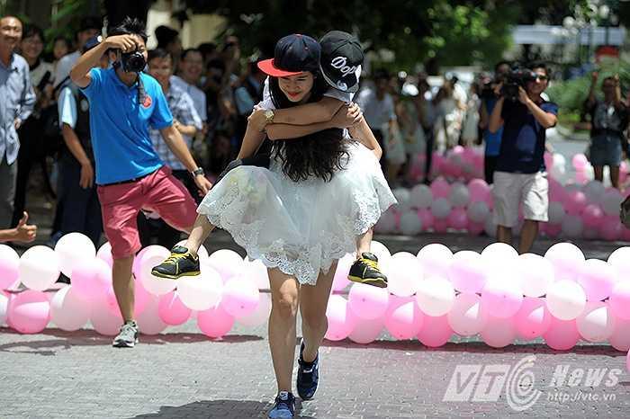 Cô dâu Nguyễn Thị Minh Tâm  và chú rể Nguyễn Hồng Trương trở thành cặp đôi thú vị nhất cuộc thi với màn cô dâu cõng chú rể chạy về đích vì sau màn thi 'Tình yêu', chú rể bị tụt huyết áp.