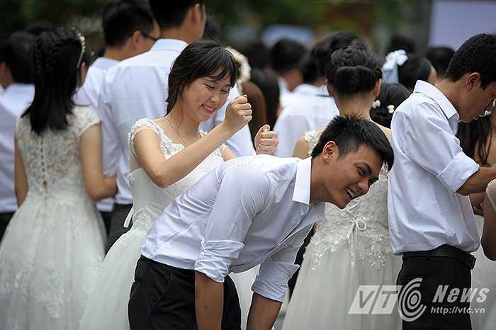 Một cô dâu khác chăm sóc cho người bạn đời của mình sau những màn thi căng thẳng.