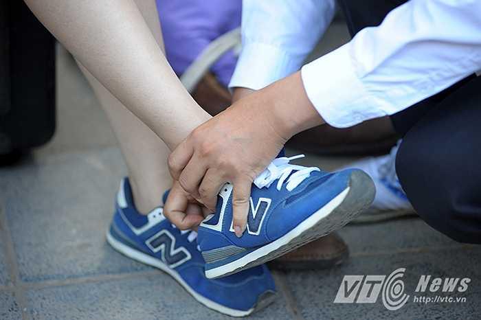 Trong vòng thi Tình yêu, 50 chú rể sẽ phải chạy thật nhanh để trao hoa và đi giày cho cô dâu.