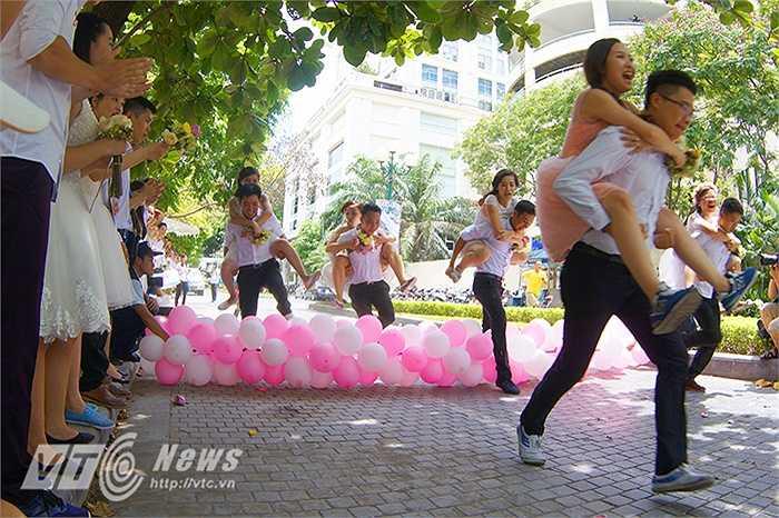 Trong vòng thi thử thách, các chú rể phải cõng hoặc bế cô dâu chạy thật nhanh, vượt qua chướng ngại vật và về đích.